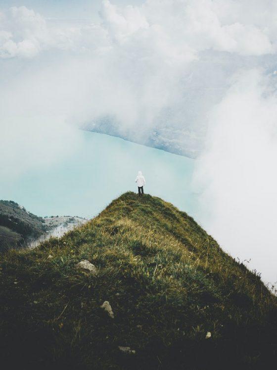 hombre en la cima de un monte