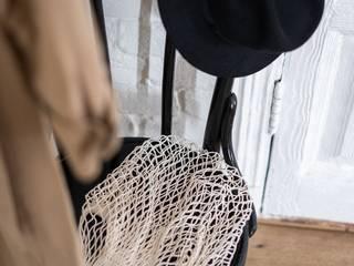silla con sombrero y bolsa de la compra