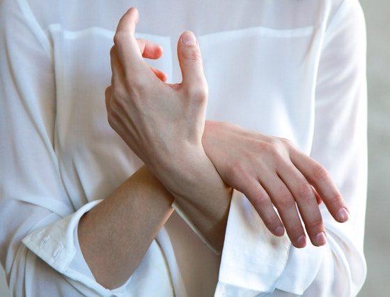 manos de mujer cruzadas