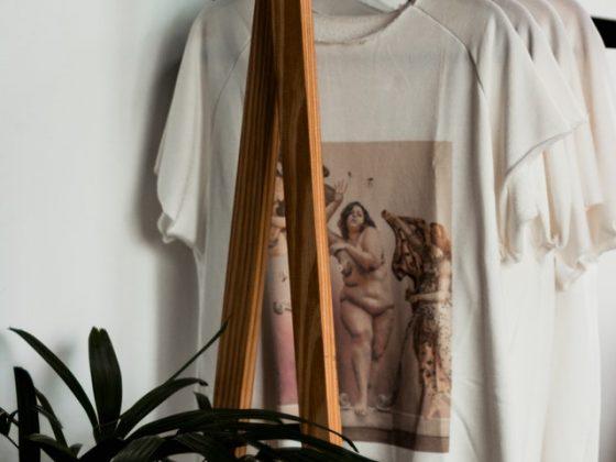 perchero de madera con camisetas