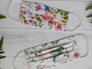 mascarillas de tela con estampado de flores sobre fondo blanco
