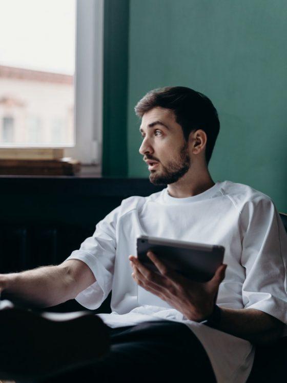 hombre sentado charlando