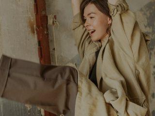 chica sujetándose a una viga jugando